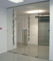 Интерьерные офисные перегородки и двери из каленого стекла,  алюминия