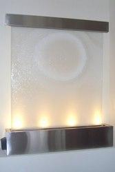 Декоративные водопады по стеклу в интерьере для любых помещений